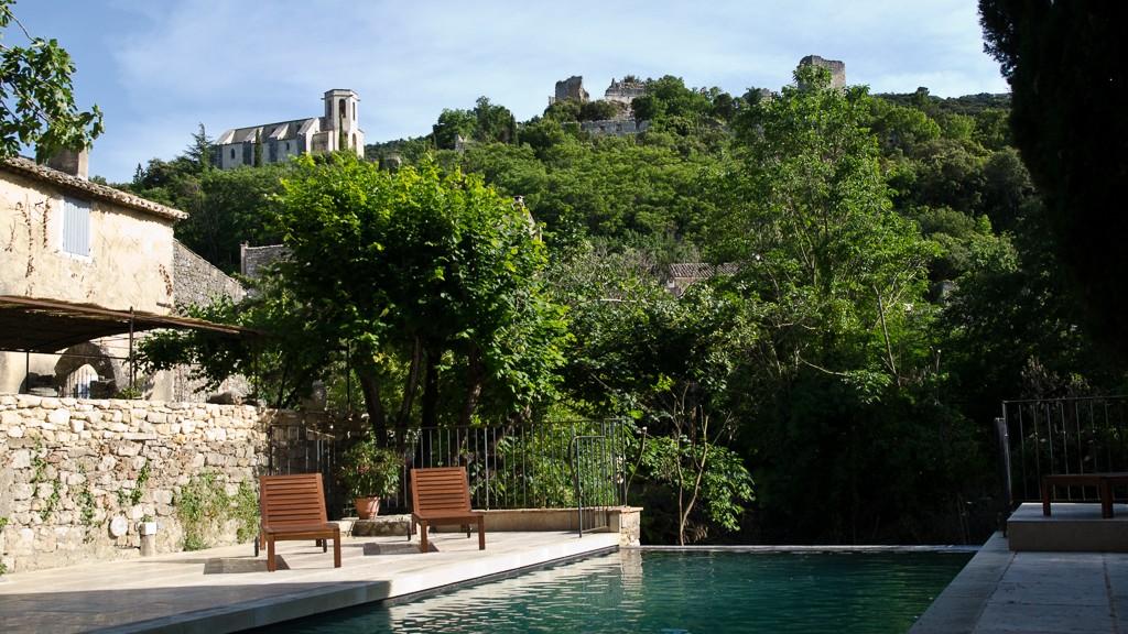 Vue de la piscine sur le chateau